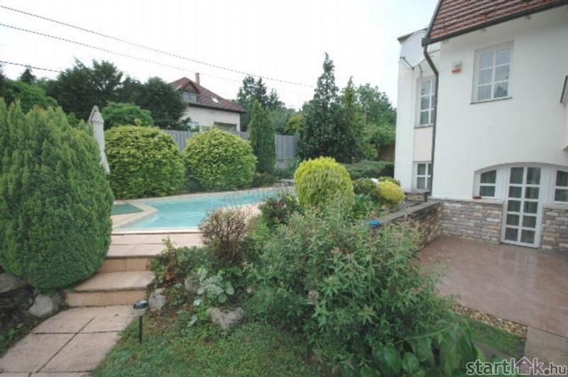 Máriaremetén eladó családi ház medencével