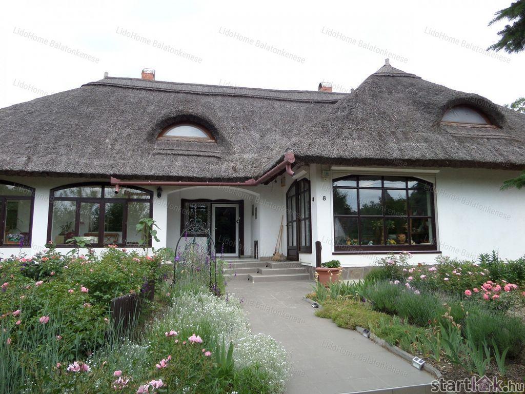 Balaton közeli nádtetős családi ház